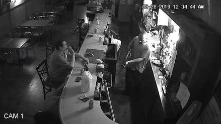 En pleno asalto, un cliente encendió un cigarro y forcejeó con el ladrón para no entregar su celular