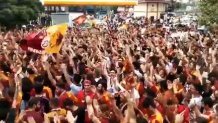 ¡Qué locura! Radamel Falcao fue ovacionado por miles de hinchas de Galatasaray en su llegada a Turquía