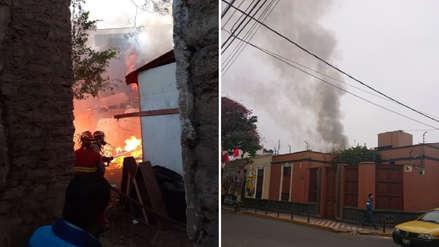 Bomberos atienden un incendio cerca a colegio 'Los Reyes Rojos' en Barranco