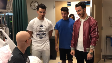 Una joven con cáncer no pudo ir al concierto de los Jonas Brothers y ellos fueron a visitarla al hospital