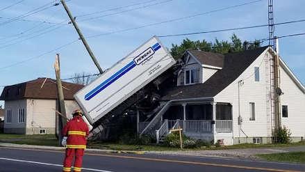 Camión quedó atrapado entre una casa y cables eléctricos tras accidente en Canadá  [VIDEO]