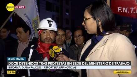 Policía detuvo a 17 mineros en huelga tras disturbios en el Ministerio de Trabajo