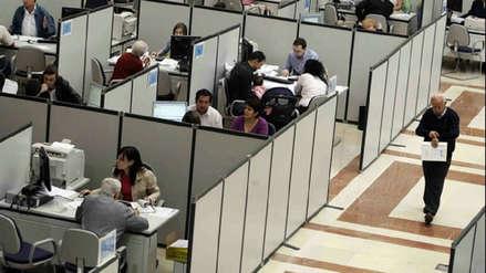 Trabajadores con estudios universitarios ganan menos que hace un año