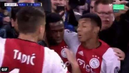 ¡Eso duele! El cachetadón de Dusan Tadic a David Neres durante la celebración del Ajax ante Lille por la Champions