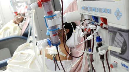Confirman sanción a centros de hemodiálisis por pactar precios en licitaciones de EsSalud