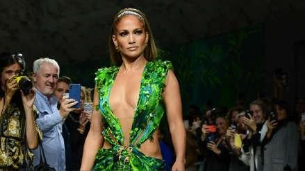 ¡Lo hizo de nuevo! Jennifer Lopez deslumbró en la pasarela de Versace al revivir icónico vestido verde