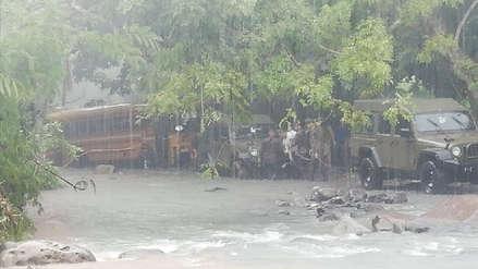 Rescatan a 41 turistas salvadoreños de autobús arrastrado por río en Guatemala