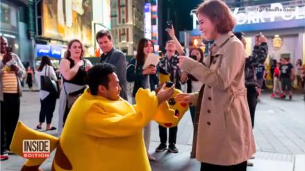 Hombre disfrazado de Pikachu le pidió matrimonio a su pareja en el Times Square
