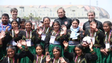 ¡Grande 'profe'! Ricardo Gareca recibió a las delegaciones de fútbol femenino de pueblos originarios