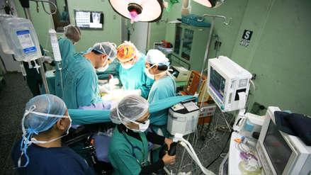 Autorizan aumento de hasta S/683 para médicos, enfermeras y técnicos