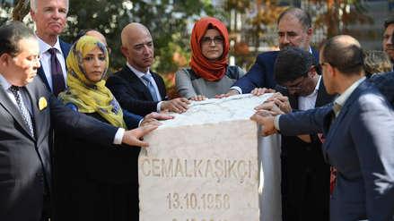 Amigos de Jamal Khashoggi colocan monumento frente a consulado donde fue asesinado