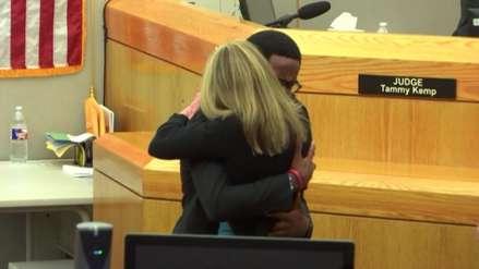 Joven abraza a la asesina de su hermano en extraordinario gesto de perdón [VIDEO]