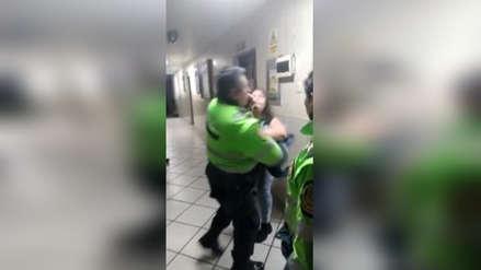 Ate   Mujer empujó a policía y este respondió a golpes [VIDEO]