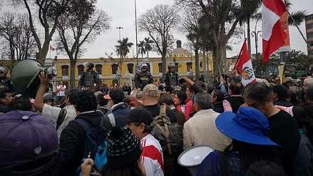 Manifestantes protestan contra la disolución del Congreso
