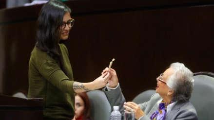 Diputada mexicana regala porro de marihuanaa ministra tras alegar a favor de legalización