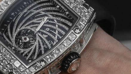 Salió a fumar, le pidieron un cigarrillo y acabaron robándole un reloj de más de US$ 800 mil