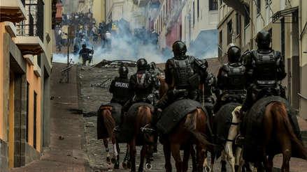 Presidente de Ecuador ordena toque de queda y militarización de Quito ante