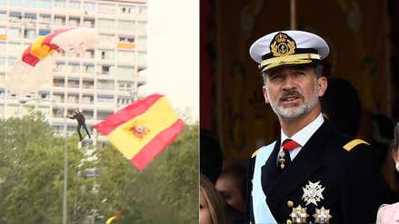 Paracaidista con bandera de España sufre accidente frente a reyes durante festejos por llegada a América [VIDEO]