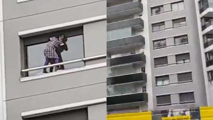 Indignante: Mujer limpia vidrios de un sexto piso sin ninguna medida de seguridad