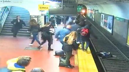 El dramático momento en que pasajeros logran detener tren y salvan a mujer de la muerte [VIDEO]