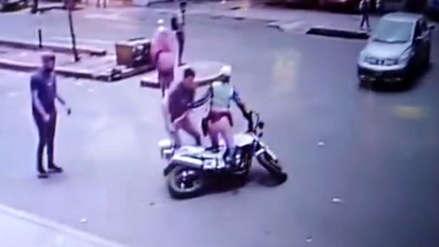 Conductor agredió a policía de tránsito que iba en moto luego de que le puso fotopapeleta [VIDEO]