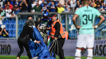 Un paracaidista aterriza por sorpresa durante el Inter de Milán vs. Sassuolo