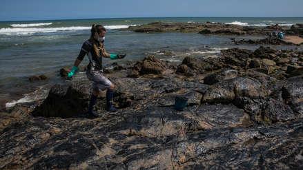 Brasil logró retirar 525 toneladas de residuos de petróleo en 200 playas