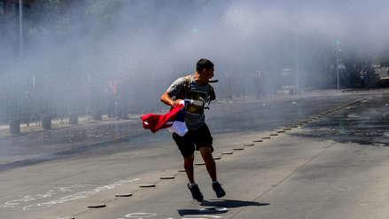 Carabineros desalojan a manifestantes cerca del Palacio de La Moneda en Chile [AUDIO]