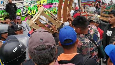 Video | Ambulantes se enfrentan con piedras, palos y mesas a municipales que los desalojó de las calles