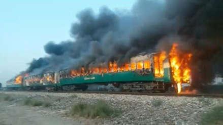 Tragedia en Pakistán: Más de 70 muertos en incendio de un tren de pasajeros [VIDEO]