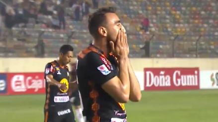 Un 'blooper' de aquellos: Ernest Nungaray quiso desviar un centro y terminó anotando el primer gol de Universitario
