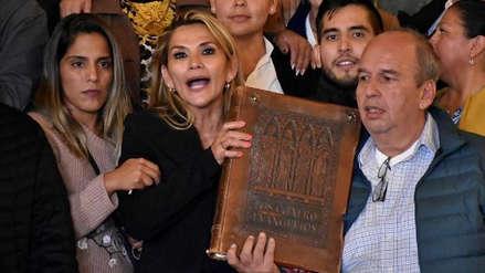 """""""El país demandaba su Biblia"""": Senador boliviano justificó a Jeanine Áñez"""