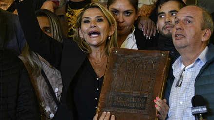 Jeanine Áñez: ¿Quién es la nueva presidenta de Bolivia que llegó a Palacio con una enorme Biblia?