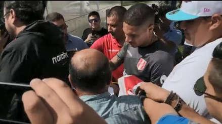 Paolo Guerrero firmó autógrafos al paso tras los entrenamientos de la bicolor en Miami