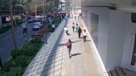 Delincuente robó el celular a una mujer en plena calle Las Begonias en San Isidro [VIDEO]