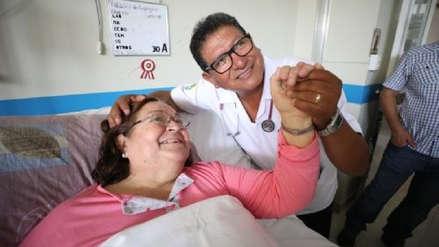 Miguel Flores Chire, el médico que canta a sus pacientes para aliviar su ansiedad y depresión