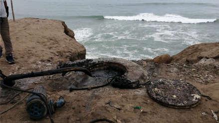 Vecinos de playa El Silencio denuncian que aguas servidas llegan hasta el mar tras colapso de desagües