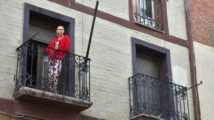Desde balcones y ventanas, los españoles agradecen a los médicos con aplausos y gritos de aliento [VIDEO]