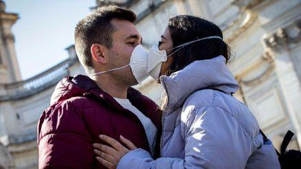 El amor en los tiempos del coronavirus: ¿Los besos, abrazos y relaciones sexuales son medios de contagio?