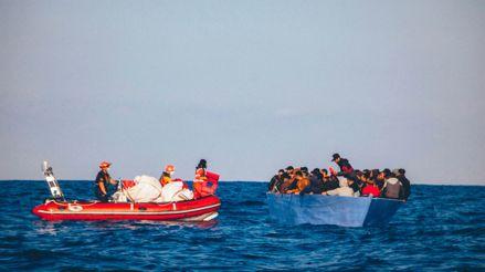 Puertos cerrados por coronavirus crean el caos con barcos de migrantes en Mediterráneo Central