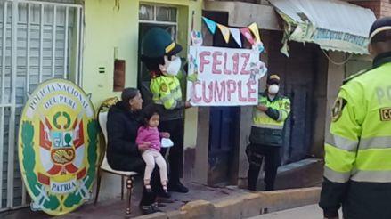 Huancavelica: Policías celebran cumpleaños de niños en la puerta de sus casas [VIDEO]