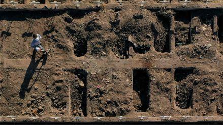 Chile cava miles de tumbas en cementerio de Santiago ante avance del coronavirus