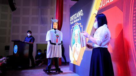 Alumnos filipinos celebraron su graduación de manera virtual con robots y tabletas [FOTOS]