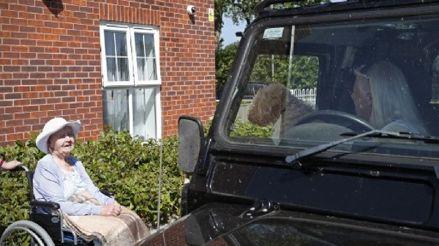 Inglaterra: Familias se reúnen desde sus carros durante visita en residencia de ancianos [FOTOS]