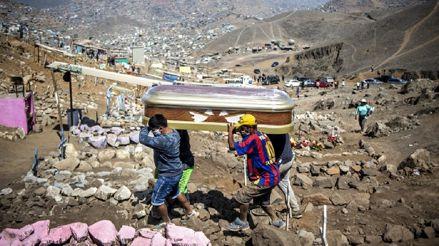 Dolor en Nueva Esperanza: Así despiden las familias peruanas a posibles fallecidos por COVID-19 [FOTOS]