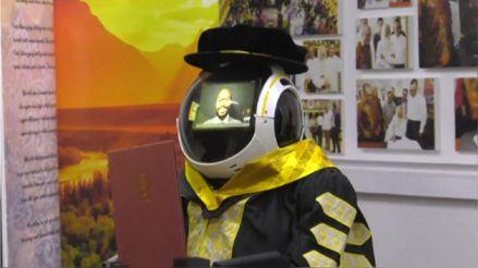 Malasia utiliza robots para que alumnos puedan tener ceremonia de graduación [FOTOS]