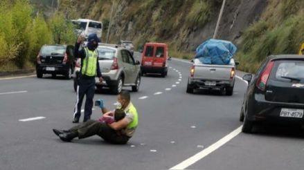 Policía calma a niño víctima de accidente mostrándole videos en plena avenida de Quito