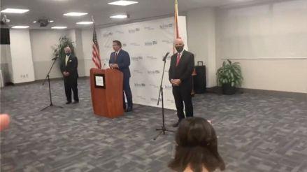 """""""Eres una vergüenza"""": Ciudadano increpa a gobernador de Florida por su gestión ante el coronavirus"""