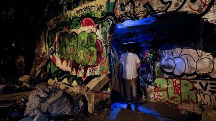 Ante el cierre de discotecas por COVID-19, las fiestas de electrónica clandestinas toman fuerza en París