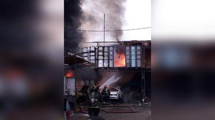 Incendio consume un taller mecánico en Breña [VIDEO]